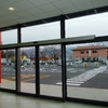 Struttura smontabile per sostituire una vetrina abusiva con finestre e una porta, senza divisioni e senza bagno, per negozio