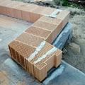 Abbiamo adottato, per le murature portanti, blocchi Porotherm biocompatibili ad incastro, prodotti unicamente con impasti di argille naturali