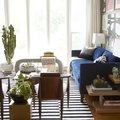 Accentuato dal suo colore vivo, questo divano crea un punto d'interesse nella stanza