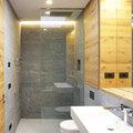 Bagno con pareti in pietra e sanitari in corian