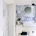 Bagno con piastrelle decorate bianco e blu