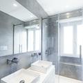 Bagno moderno con pareti grigie