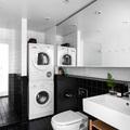 bagno nero e bianco con lavatrice