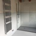 bagno: pavimento e pareti in cemento resina