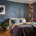 Camera da letto con parete decorativa
