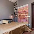 Camera da letto con pareti grigie e pavimento d'epoca
