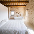 Camera da letto con pareti in pietra