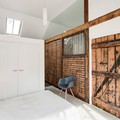 Camera da letto ricavata in una scuderia