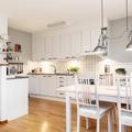Cucina bianca con pareti grigie