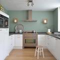 Cucina bianca con pareti verdi