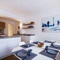 Cucina bianca con piani cemento