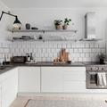 Cucina bianca con piano grigio e mensole