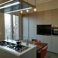 Cucina con isola, parete attrezzata