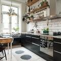 Cucina con ripiani in stile rustico