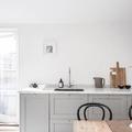 Cucina grigia con piano in marmo