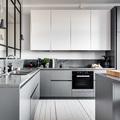 Cucina grigia moderna con vetrata