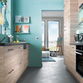 Cucina in legno e pareti verde acqua