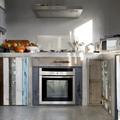 Cucina in muratura rivestita in resina con ante di recupero