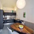 Cucina nera con piani in acciaio