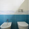 Dettaglio del bagno di servizio al piano terra.