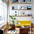 divano giallo in casa moderna