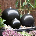 fontana con tre sfere in ceramica