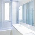 La parete specchiata del bagno