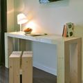 la scrivania e lo sgabello