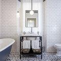 La vasca fa da protagonista in questo bagno in stile vintage