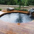 Legno e pietra (unite o separate) sono il punto chiave delle piscine rustiche