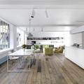 Loft con parquet e molto bianco