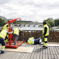 operai impegnati nella rimozione dei lucchetti