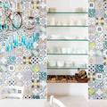 Parete con piastrelle decorate in stile mediterraneo