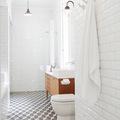 Piastrelle adesive per rinnovare il pavimento del bagno
