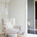 Poltrona bianca con tappeto e pouf