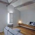 salone con divano grigio chiaro