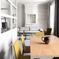 salone nei colori giallo e grigio
