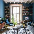 Salotto con pareti blu