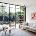 Salotto con vetrata sul giardino