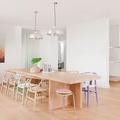 soggiorno con sedie in stili diversi
