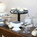 tavola con dolci in bianco e nero