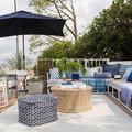 terrazza di casa arredata in bianco e azzurro