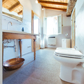 Un bagno dai toni caldi e dallo stile rustico
