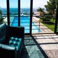 Una vista dello spazio esterno e della piscina dalla sala musica