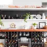 Angolo bar in salotto con mensole