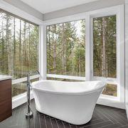 Bagno con grandi finestre