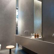 bagno: Pareti in cemento resina  spatolato .finitura satinata