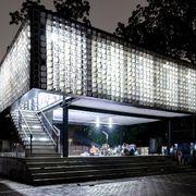 Biblioteca a Bandung fatta con materiali di recupero