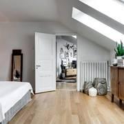 Camera da letto in mansarda con parquet