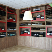 Cantina espositore vini per enoteca con mescita fatta su misura